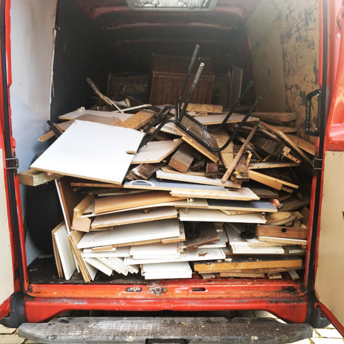 Holzreste nach Entrümpelung in Berlin